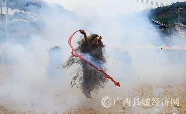 """图5:2月24日,在广西柳州市融安县长安镇大袍屯,一名""""芒蒿""""在燃放鞭炮庆祝传统节日。覃庆和 摄"""