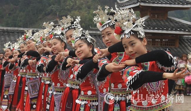 图8:2月24日,在广西柳州市融安县长安镇大袍屯,苗族姑娘在跳传统民俗舞。覃庆和 摄