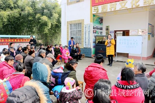 党的十九大代表蒙晓梅老师面对面、零距离地和当地群众宣讲十九大精神(张岑东  摄)