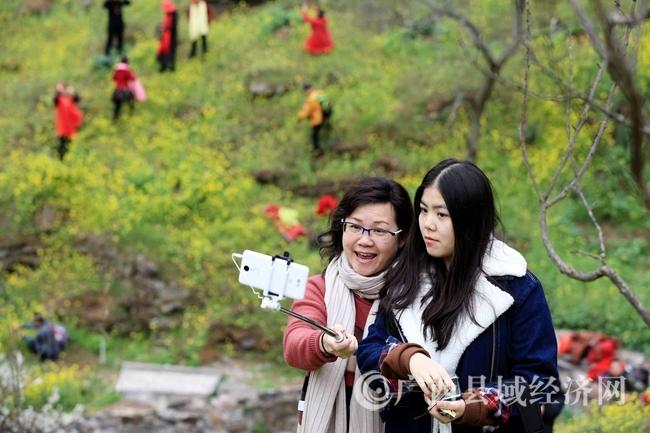 图6:2月25日,游客在广西柳州市融安县东起乡崖脚村铜板屯游玩。(谭凯兴 摄)