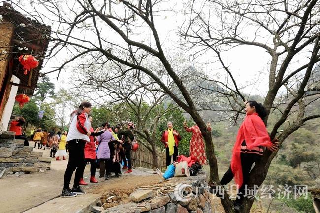 图5:2月25日,游客在广西柳州市融安县东起乡崖脚村铜板屯游玩。(谭凯兴 摄)