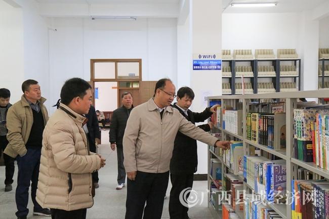 莫庸县长在文广局图书馆督查指导工作