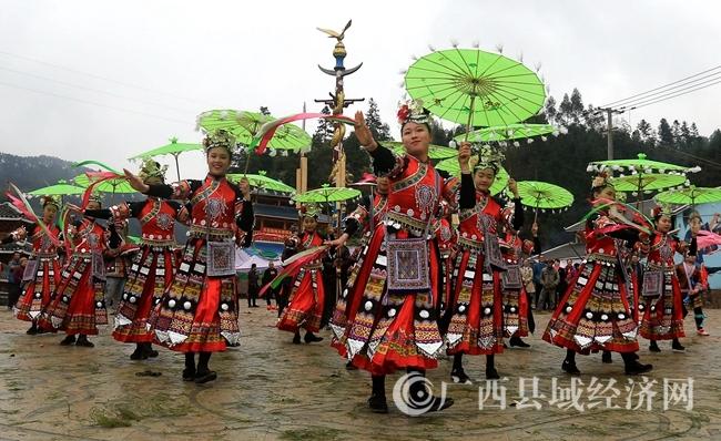 图1:2月24日,在广西柳州市融安县长安镇大袍屯,苗族姑娘在跳传统民俗舞。覃庆和 摄