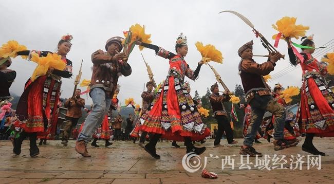 图3:2月24日,在广西柳州市融安县长安镇大袍屯,苗族群众在跳芦笙踩堂舞。覃庆和 摄