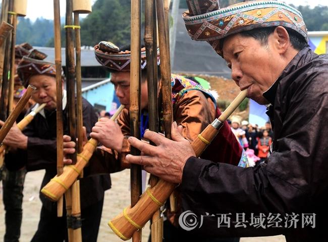 图4:2月24日,在广西柳州市融安县长安镇大袍屯,苗族群众在吹奏芦笙。覃庆和 摄