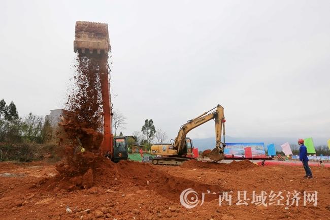图1:3月5日,在融安县长安镇和寨村长安三桥东桥施工现场,工程机械正在施工作业。(谭凯兴 摄)