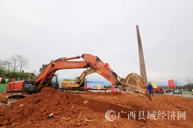 图2:3月5日,在融安县长安镇和寨村长安三桥东桥施工现场,工程机械正在施工作业。(谭凯兴 摄)