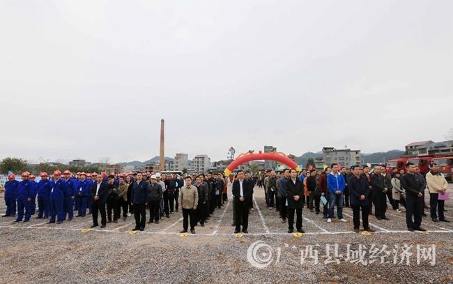 图3:3月5日,在融安县长安镇和寨村长安三桥开工仪式现场,各族干部群众列队见证工程开工。(谭凯兴 摄)