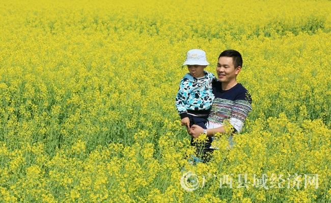 图5:3月4日,市民在广西柳州市融安县长安镇大巷村油菜花海中游玩。(谭凯兴 摄)