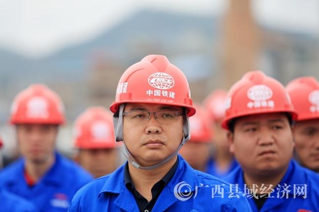 图4:3月5日,在融安县长安镇和寨村长安三桥开工仪式现场,施工单位工人代表列队参加开工。(谭凯兴 摄)