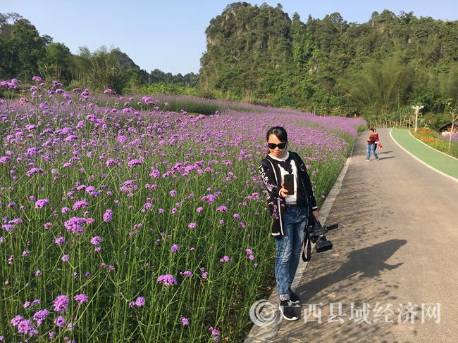 图为游客在花海内自拍。