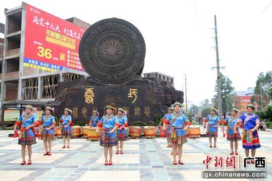 """宾阳县:露圩镇圩逢节将举办 蓝衣壮民俗""""碰撞""""水彩艺术"""