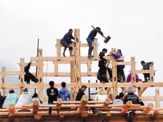 广西:苗寨起新楼一户百家帮 贫困户建新楼还有补助