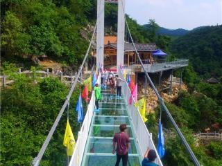 """融安县:行走空中玻璃 乐享""""中国旅游日"""""""