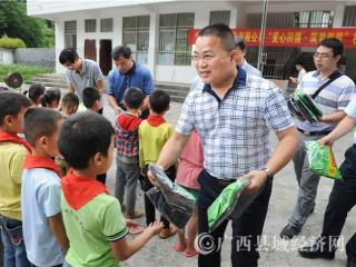 东兰县:多家企业深入村镇开展献爱心慰问活动