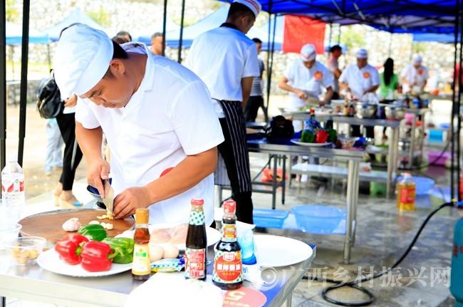 凤山县:200多名农民工参加技能比赛 展示勤劳致富的本领