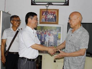 恭城县水利局领导看望慰问老党员