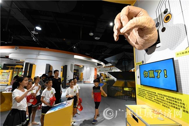 7月19日,广西河池市金城江区东江镇永康逸夫中心小学的学生们在广西