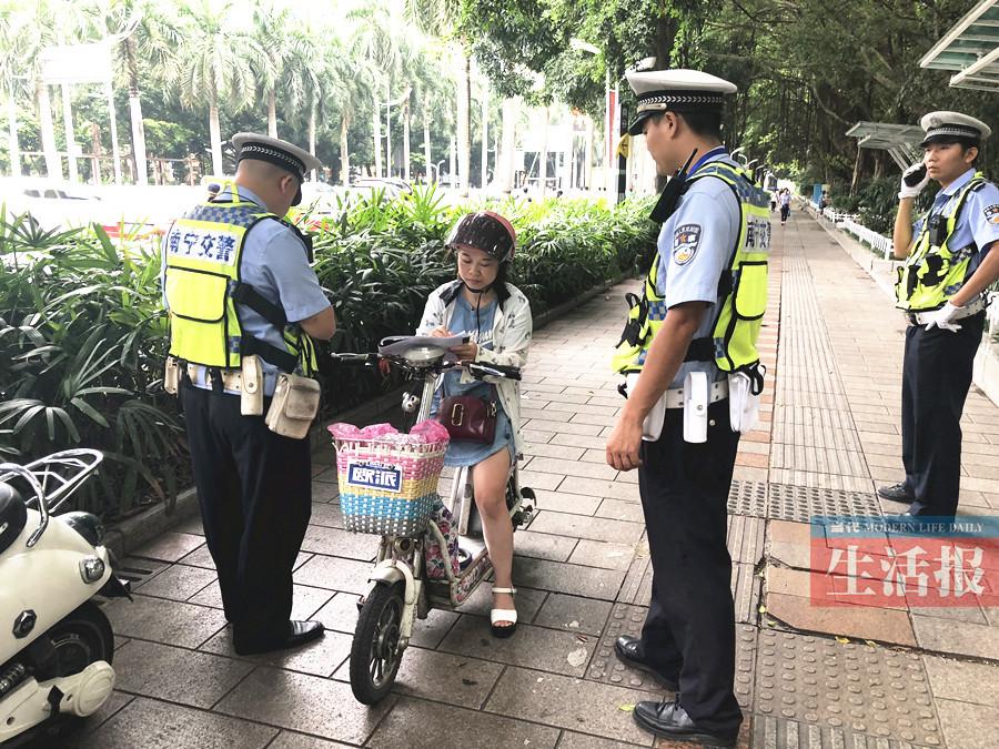 电动自行车占道逆行惹民怨 交警有针对性进行整治