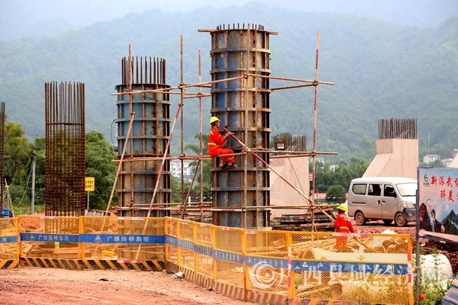 蒙山县:贺巴高速公路(蒙山段)十排岭脚工地加紧施工
