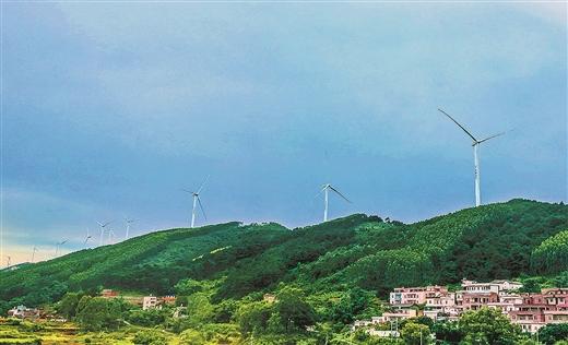 南宁市六景镇霞义山上的六景风力发电场全面运转