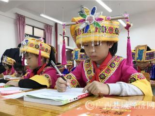 罗城积极推进民族服装进校园