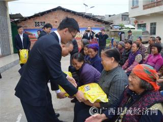 宁明农商银行开展扶贫济困活动深受贫困户欢迎