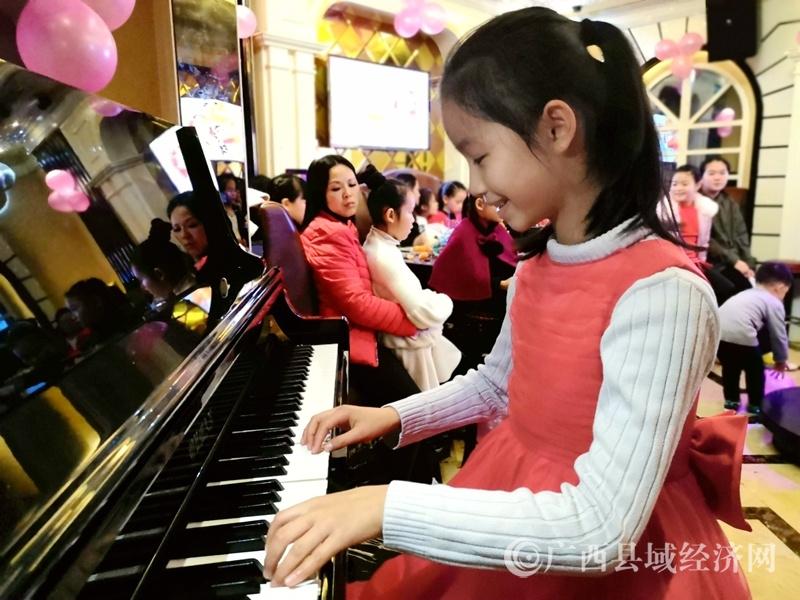 金城江区:小小钢琴家快乐迎新春