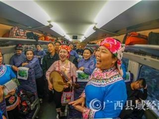 凌云唢呐、山歌响彻南宁东站 为广西高铁开通五周年庆生