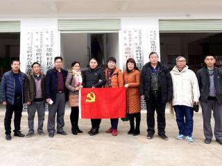 恭城县水利局党支部春节前看望慰问贫困户和老党员