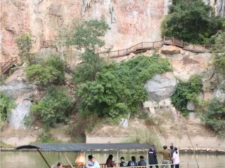 宁明县:各地游客游花山  争睹世遗好景观