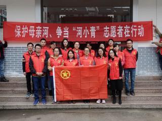恭城县水利局志愿者慰问东寨村贫困老人