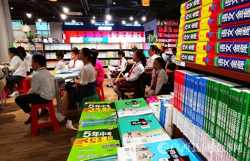广西河池:阅读课搬进新华书店
