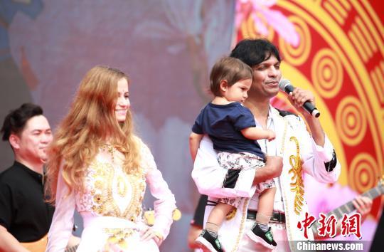 印度歌手陈爱龙携妻儿上台演唱《拉兹之歌》。 朱柳融 摄