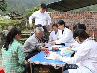 """平果县卫健局:健康扶贫让群众坐上属于自已的健康""""直通车"""""""
