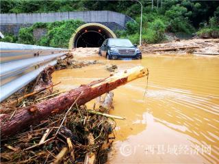 河池:强降雨导致河百高速多路段损毁交通中断