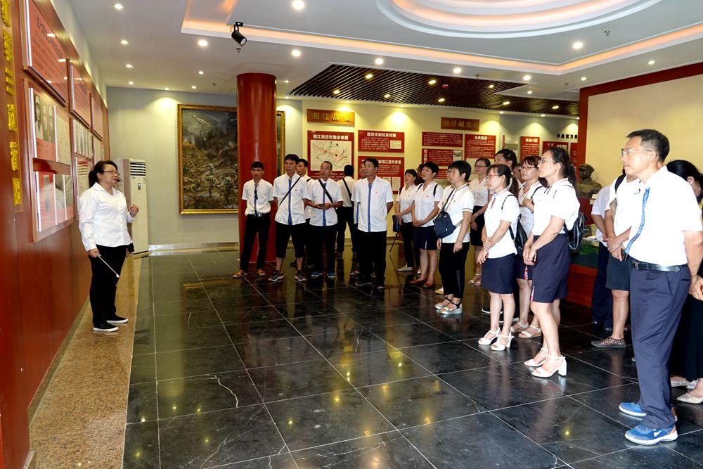 恭城县水利系统三个水管单位党支部联合组织党员干部到灌阳县开展主题党日活动
