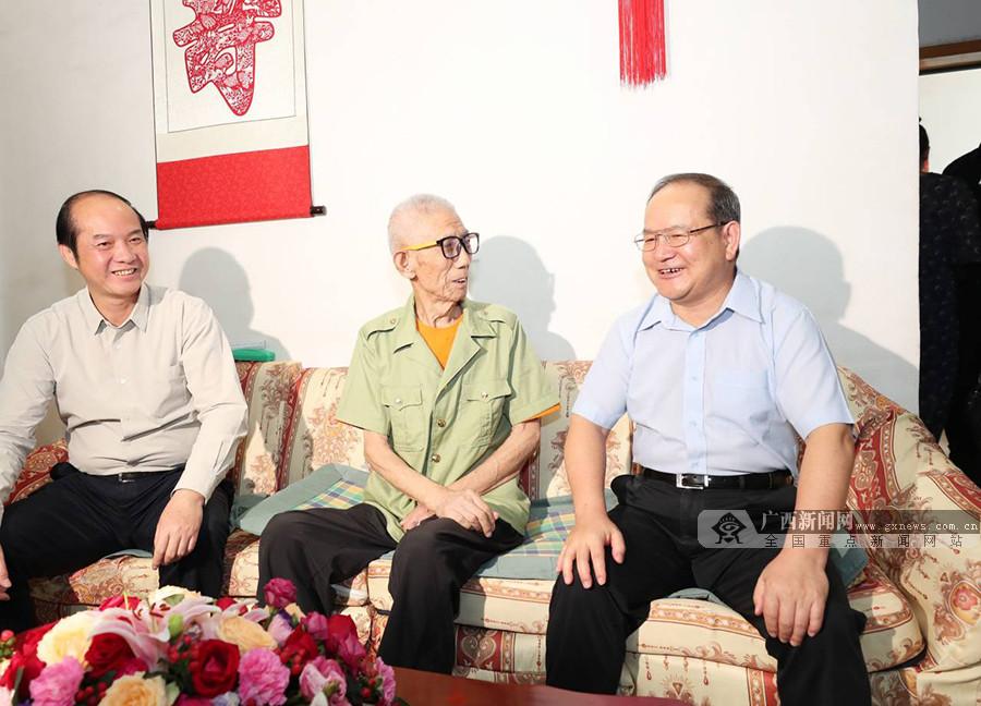 鹿心社到柳州走访慰问老战士老党员和全国劳模