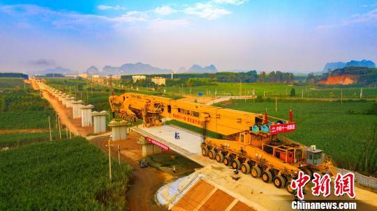 广西首条自主投资高铁开始架梁 将连接越南铁路
