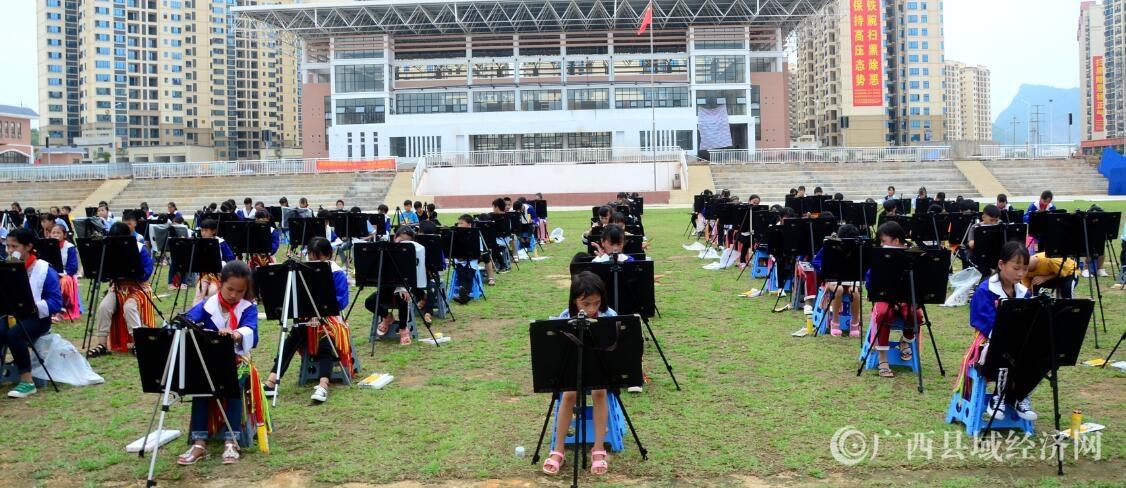 """平桂区400名土瑶贫困学生绘画庆祝""""新中国成立70周年"""""""