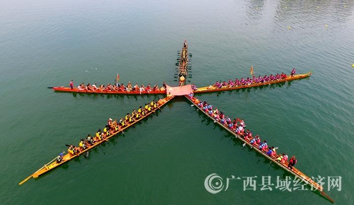 """融安壮族民众在融江上用龙舟摆出""""爱国造型""""迎国庆"""