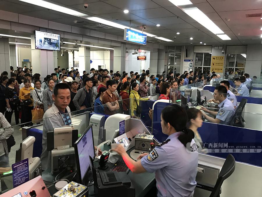 国庆长假首日东兴口岸现出境客流高峰