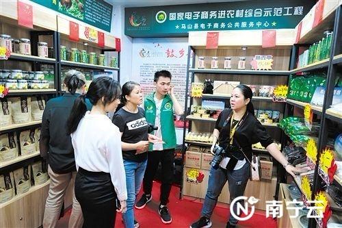 马山县:扶贫农产品展销专区开业迎客