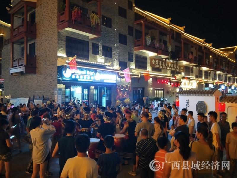 大化县:欢度国庆 万人挤爆达�诵≌�