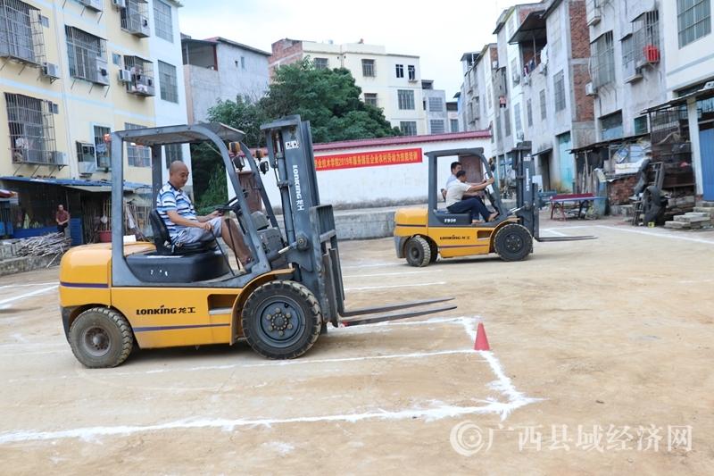 江州区:濑湍镇服务企业农村劳动力技能培训班开班