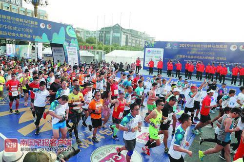 2019桂林马拉松赛开跑 三万多选手欢跑山水间