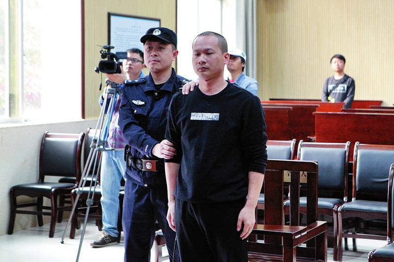 南宁明秀派出所原所长纵容黑社会性质组织和受贿获刑10年