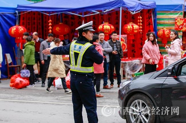 东兰县:交警节前执勤忙