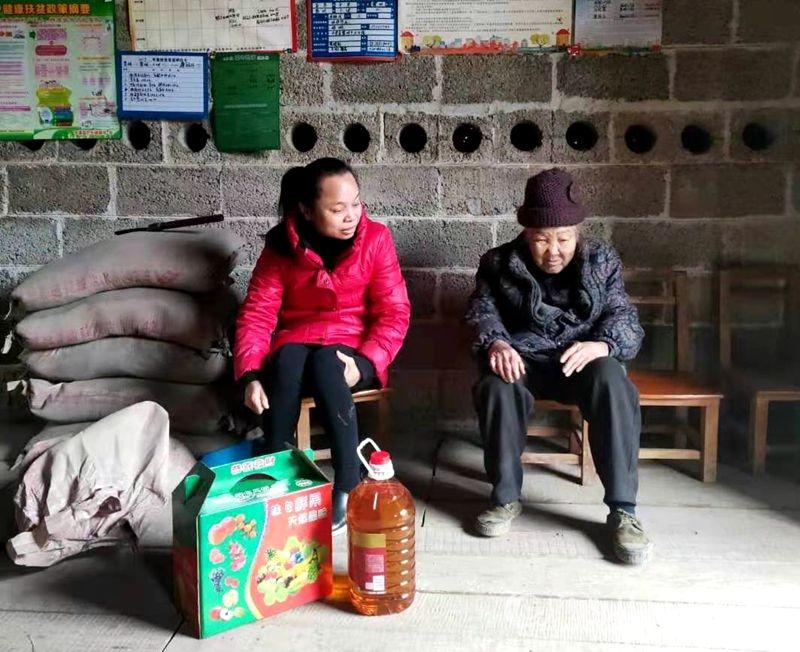 平果县黎明乡卫生院节前慰问贫困户暖人心