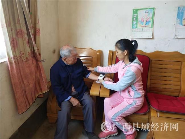 平果县:黎明乡卫生院送医上门助推健康扶贫